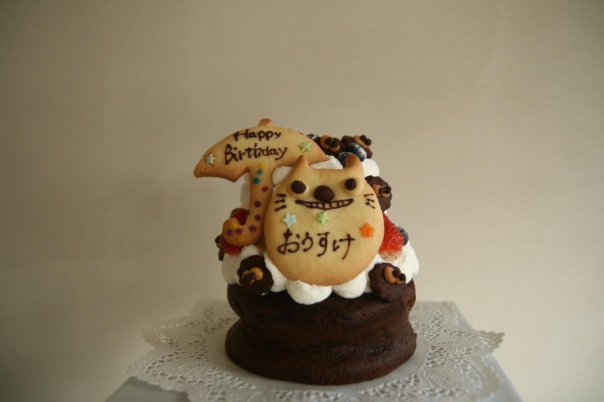 小さいチョコケーキの上にスポンジ乗せたケーキ